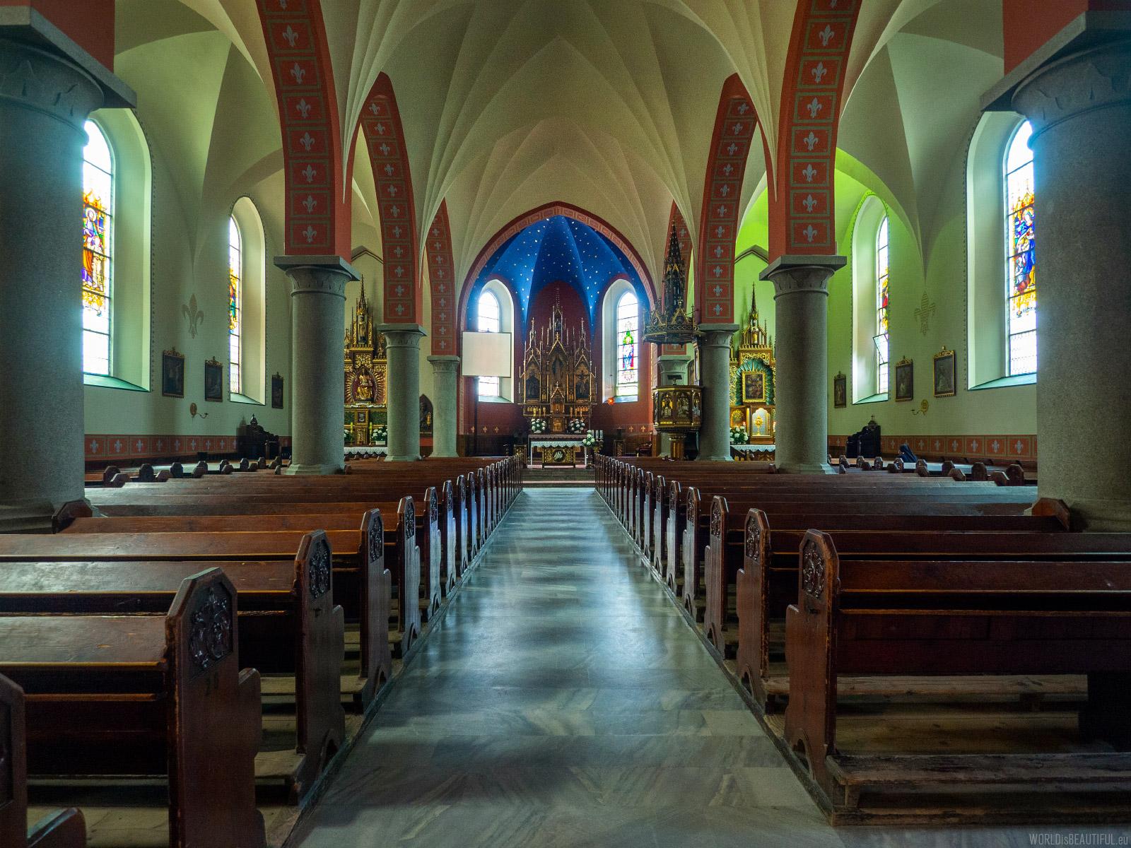 Wnętrze neogotyckiego kościoła
