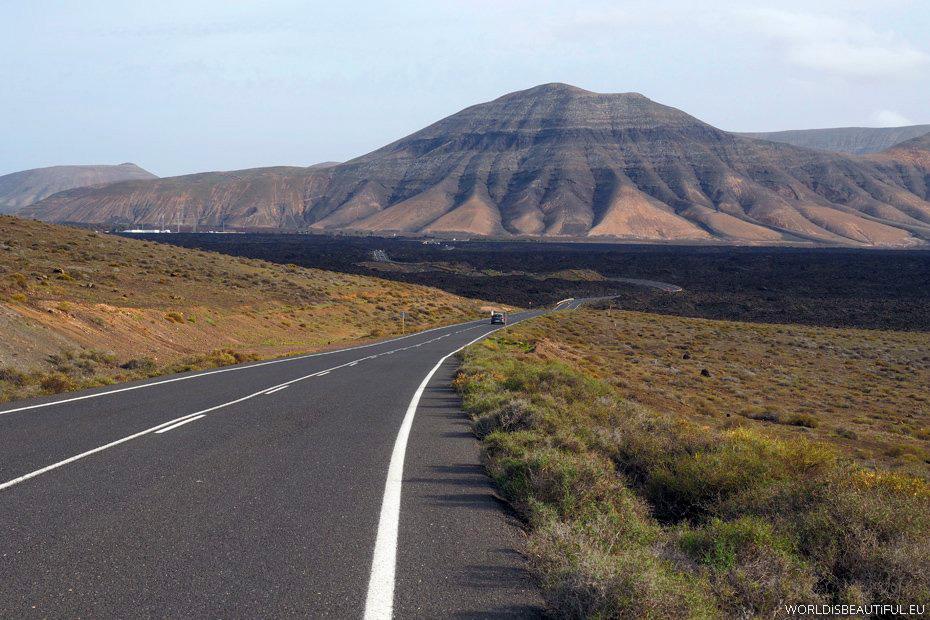 Krajobrazy po drodze do doliny La Geria