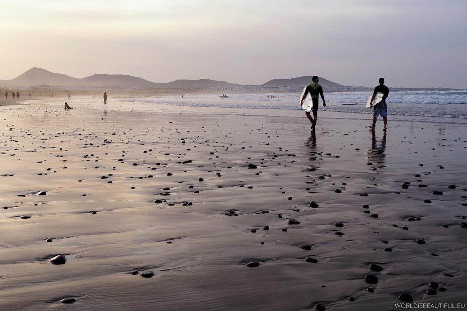 Surferzy na plaży - Playa Famara