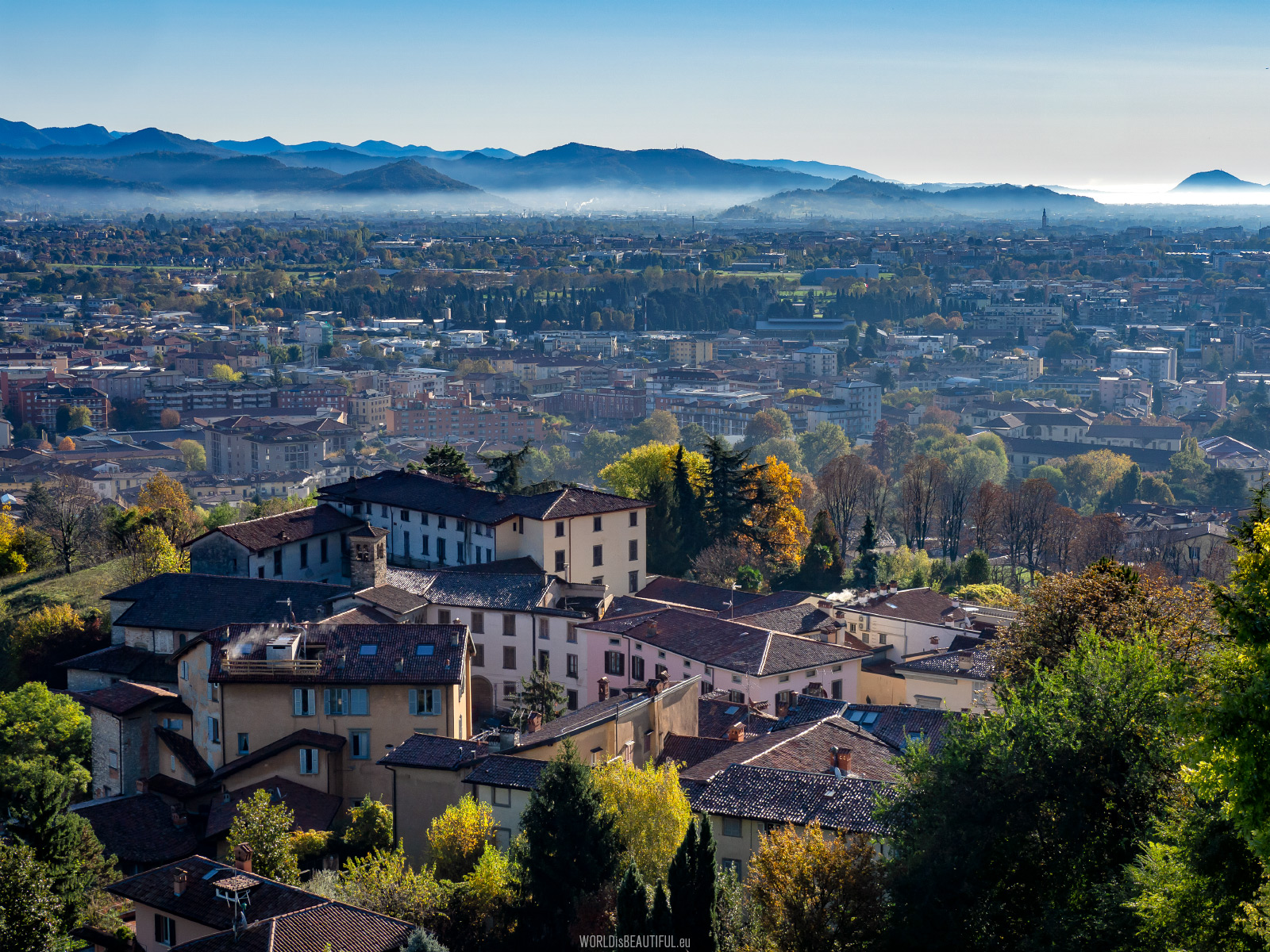 Miasto u podnóża Alp Bergamskich