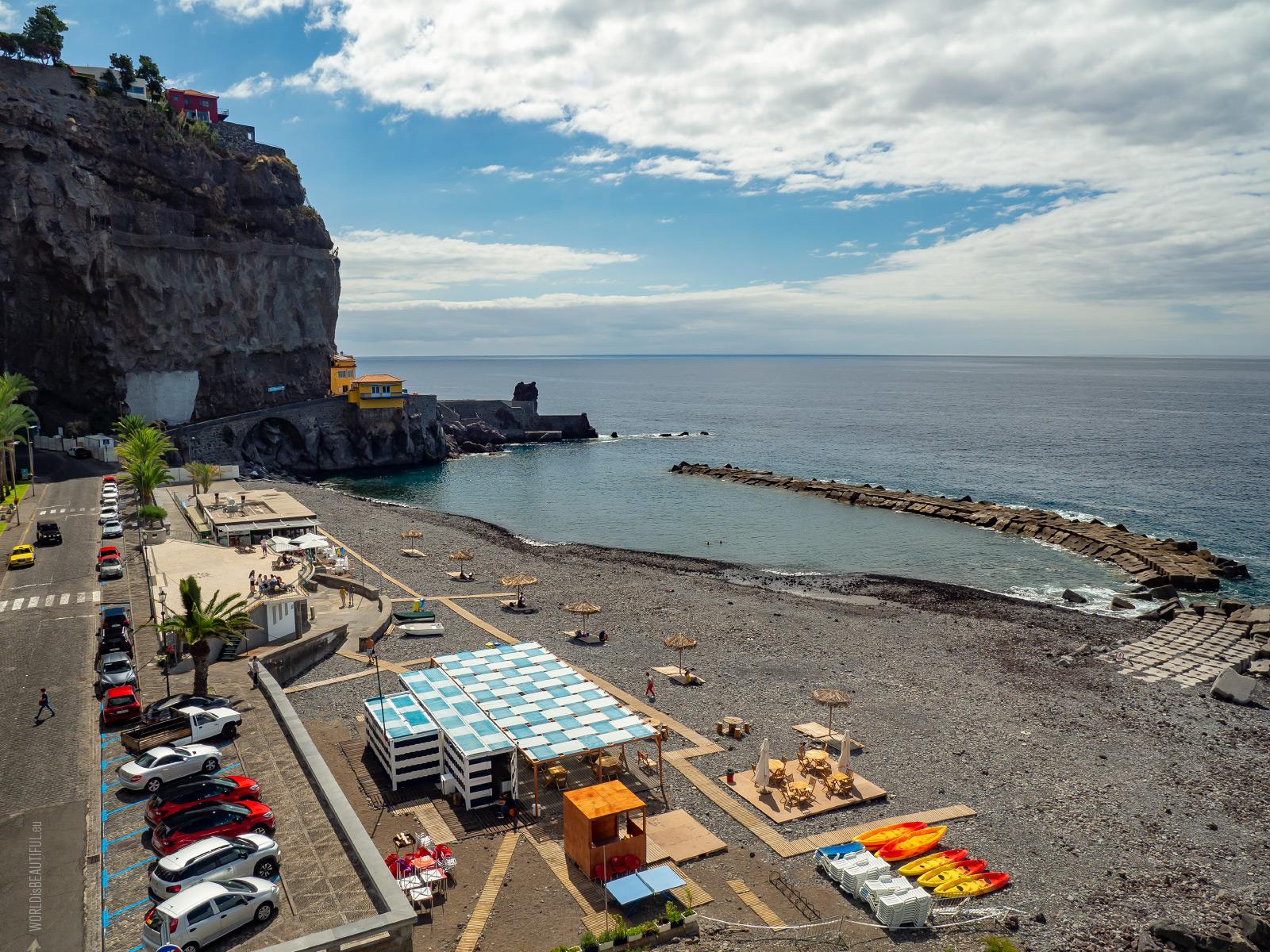 Żwirowa plaża w Ponta do Sol
