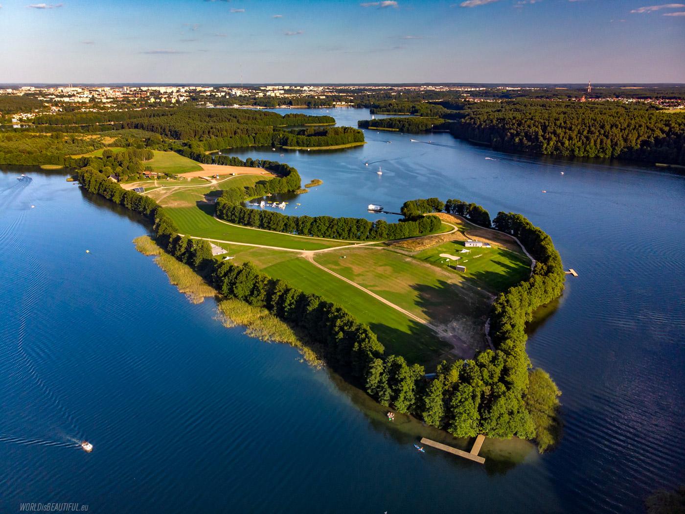 Jezioro Ukiel i miasto na horyzoncie
